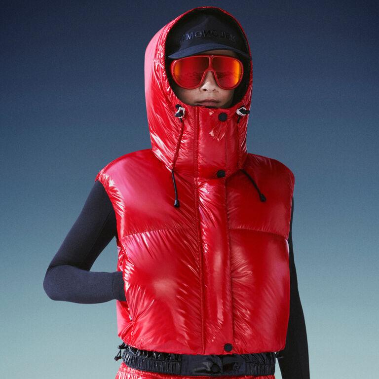 Eine Dame, die eine rote Moncler Daunenjacke aus der Grenoble-Kollektion trägt
