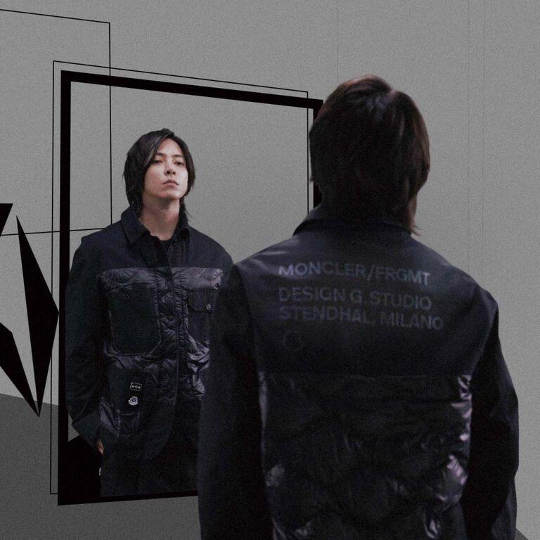 몽클레르 Genius Fragment 컬렉션의 검은색 조각을 착용한 남자.