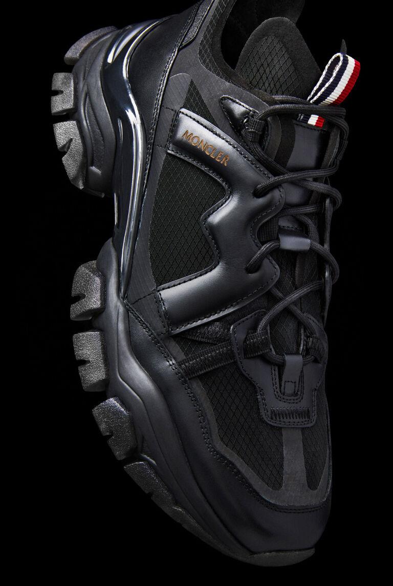 Primo piano di una sneaker nera da uomo Moncler