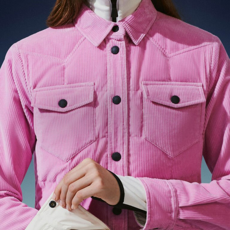 Primer plano de una mujer vistiendo un plumífero rosa Moncler Grenoble