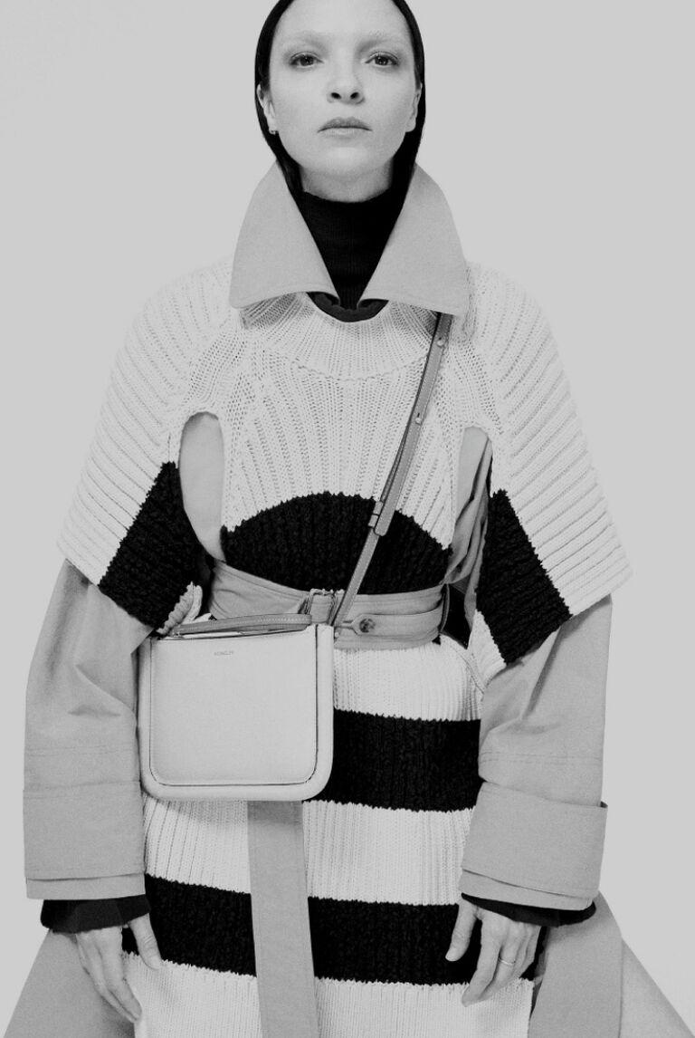 Eine Dame trägt die Kollektion 2 Moncler 1952