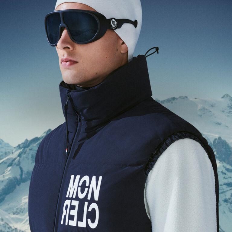 Imagen de un hombre vestido con una chaqueta Moncler Grenoble con gorro y gafas de sol