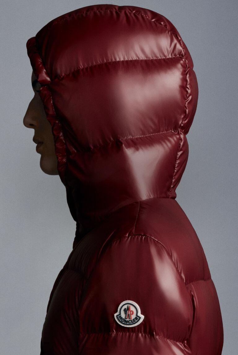 Un piumino Moncler rosso bordeaux con cappuccio