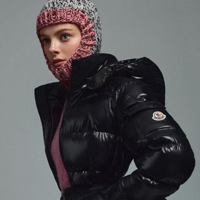 Ein weibliches Model, das eine Moncler Ikonen-Daunenjacke in Schwarz trägt